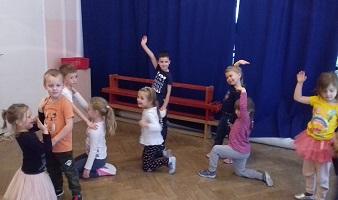 Dzieci tańczące na rytmice