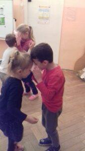 zdjęcie dzieci tańczących w parach z woreczkiem
