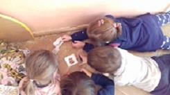 zdjęcie dzieci patrzących na obrazki
