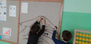 Zdjęcie dzieci wykonujących model mrowiska na tablicy