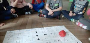 Zdjęcie dzieci grających w grę planszową