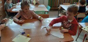 Zdjęcie dzieci wykonujących maski