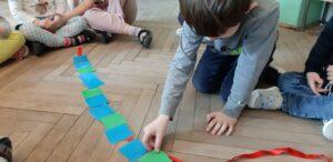 Zdjęcie dzieci kontynuujących sekwencję