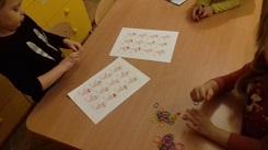 zdjęcie dzieci bawiących się gumkami