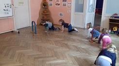 zdjęcie dzieci pokonujących tor przeszkód