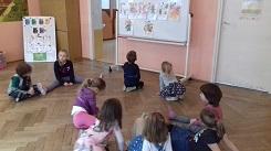 zdjęcie dzieci siedzących w kole i patrzących na tablicę