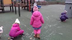 zdjęcie dzieci bawiących się śniegiem na dworze