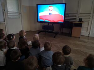 zdjęcie dzieci oglądających bajkę o symbolach narodowych