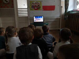 zdjęcie dzieci oglądających grupę straszą