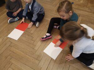 zdjęcie dzieci układających flagę Polski