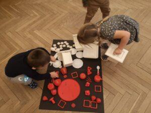 zdjęcie dziecka układającego flagę polski