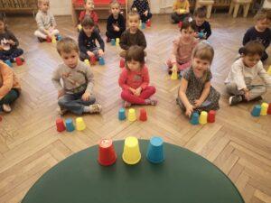 zdjęcie dzieci bawiących się kubeczkami