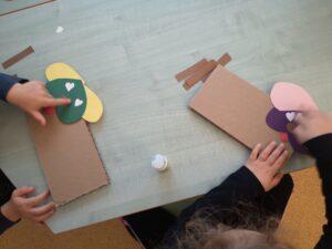zdjęcie dzieci wykonujących prace plastyczne