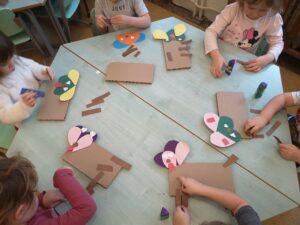 zdjęcie dzieci wykonujących papierowe pieski