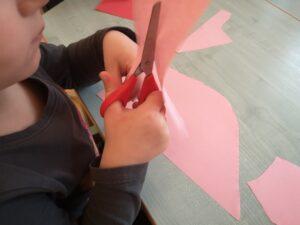 zdjęcie dzieci wycinających nożyczkami