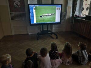zdjęcie dzieci oglądających prezentację