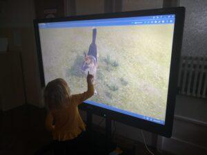 zdjęcie dziewczynki przy monitorze