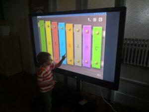 zdjęcie chłopca przy monitorze