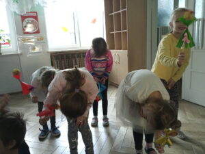 zdjęcie kłaniających się dzieci