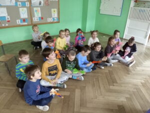 zdjęcie dzieci oglądających przedstawienie