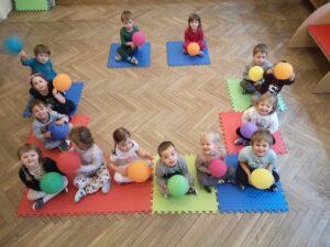 zdjęcie dzieci siedzących na matach