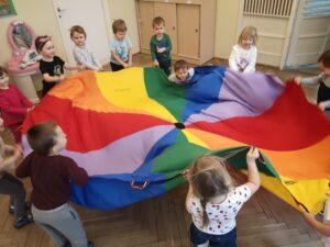 zdjęcie dzieci bawiących się chustą
