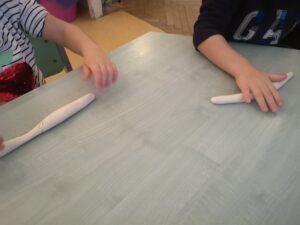 zdjęcie dzieci ugniatających ciastolinę