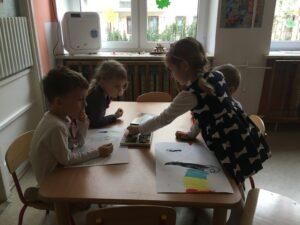 zdjęcie pracujących i bawiących się dzieci