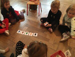zdjęcie dzieci bawiących się na podłodze