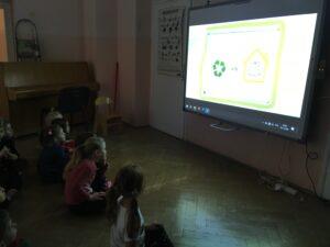 zdjęcie dzieci przed tablicą