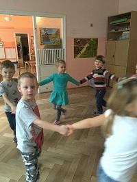 zdjęcie dzieci bawiących się w kółku