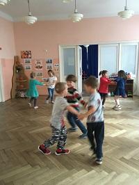 zdjęcie dzieci bawiących się w parach bądź trójkach
