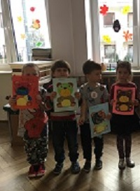 zdjęcie dzieci trzymających dyplomy