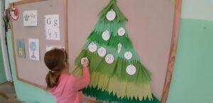 zdjęcie dziewczynki przy kalendarzu adwentowym