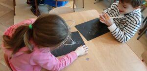 zdjęcie rysujących dzieci