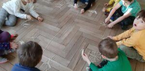 zdjęcie dzieci układających patyczki
