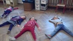 zdjęcie dzieci ćwiczących na podłodze