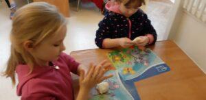 zdjęcie dzieci lepiących z masy solnej