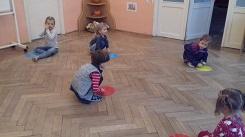 zdjęcie dzieci bawiących się na podłodze krążkami