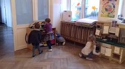 zdjęcie dzieci szukających czegoś w sali