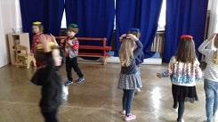 zdjęcie dzieci z woreczkami na głowie