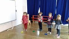 zdjęcie dzieci bawiących się woreczkami
