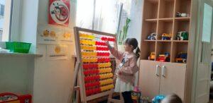 zdjęcie dziecka przy liczydle