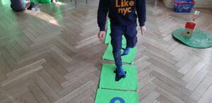 zdjęcie dzieci spacerujących po cyfrach