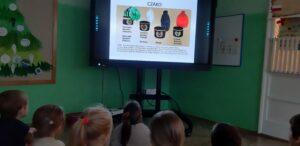 Zdjęcie dzieci oglądających prezentację o segregacji