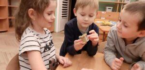 Zdjęcie dzieci oglądających bryłę soli