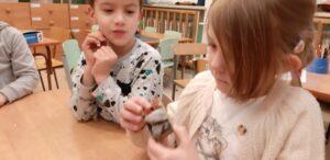 Zdjęcie dziecka oglądającego sól