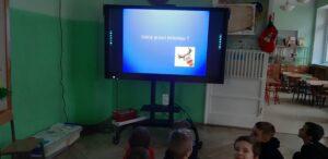 Zdjęcie dzieci oglądających prezentację o Laponii