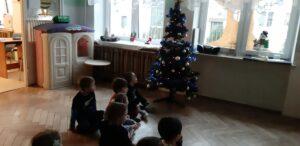 Zdjęcie dzieci przy choince
