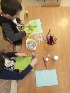 Zdjęcie dzieci wykonujących pracę plastyczną